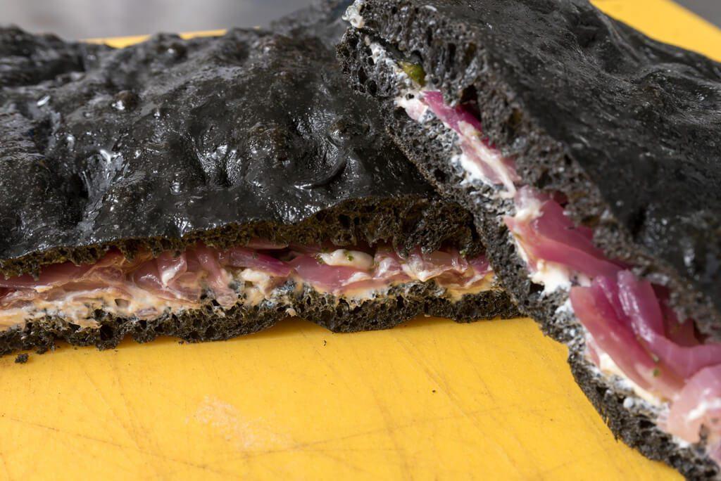 Focaccia con carbone vegetale farcita