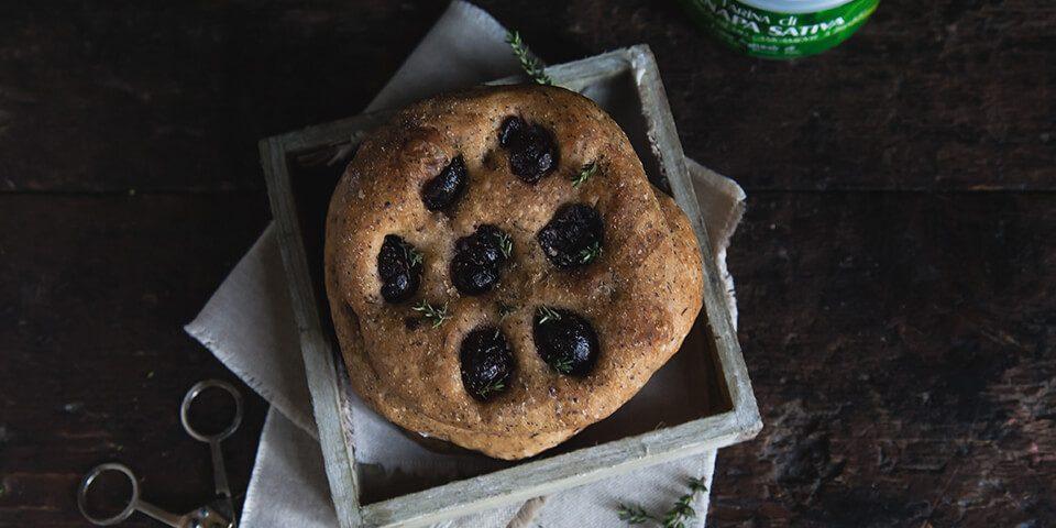focaccine con farina di canapa olive greche e timo