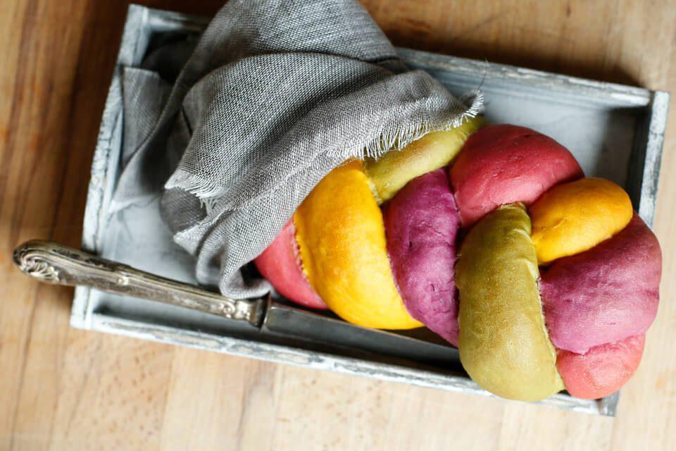 Treccia di pane multicolore