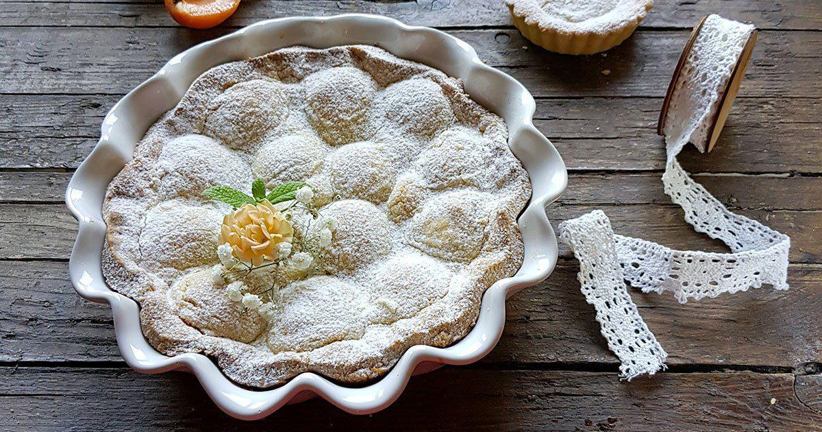 crostata con farina di mandorle e albicocche mature